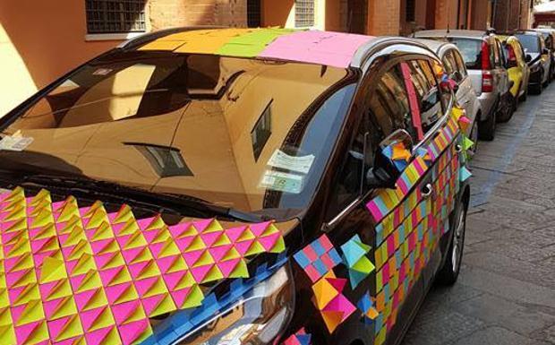 L'automobilista «punito» dai post-it - Il proprietario della macchina parcheggiata in via Oberdan non sarà stato contento nel ritrovarla completamente ricoperta di post-it. Forse l'aver messo la macchina fuori dalle strisce ha fatto venire mente  a qualcuno una «punizione». La foto, tratta dalla pagina Facebook «Una Bologna peggiore è possibile», ha ovviamente scatenato l'ironia sul social network. «Cosa c'era scritto?» la domanda più frequente, ma pare che non ci fossero messaggi.