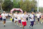 In 17 mila per la lotta contro i tumori - Oltre 17 mila presenze, un record per la nona edizione della «Race for the Cure», la maratona solidale contro la lotta ai tumori promossa dalla onlus «Susan G. Komen». Alla corsa, vinta per il secondo anno consecutivo da Judit Varga per le donne e da Luca Riponi per gli uomini, hanno partecipato anche un centinaio di Donne in Rosa, (operate di tumore del seno), famiglie e turisti.