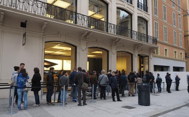 La fila per il nuovo iPhone  - Ormai è un grande classico ogni volta che la Apple mette in vendita un nuovo prodotto. Notte bianca e una lunga fila hanno accolto anche questa volta l'uscita di un prodotto della multinazionale di Cupertino: i fan della Mela questa volta si sono svegliati all'alba per l'arrivo del nuovo iPhone 6s