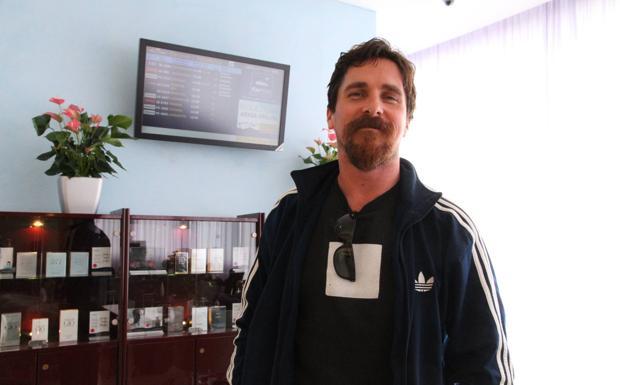 Batman all'aeroporto Marconi  - L'attore inglese Christian Bale già protagonista di Batman,  in aeroporto a Bologna nella Marconi Lounge.  L'attore interpreterà Enzo Ferrari in un film ambientato a Modena e dintorni