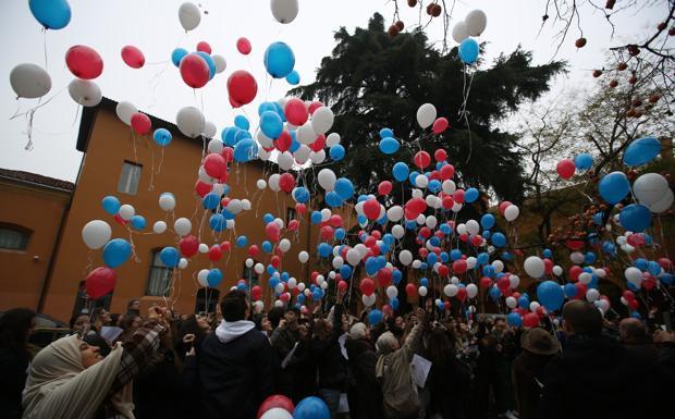 I palloncini per non dimenticare Parigi - Un flash mob con gli studenti del liceo Galvani e del collegio San Luigi di Bologna, che cantano l'inno francese e quello italiano prima di lanciare in aria dei palloncini bianchi, rossi e blu. Così il Quartiere Santo Stefano ha voluto ricordare nel giardino del Baraccano, le vittime degli attentati di venerdì' scorso a Parigi e «quelle dell'aereo russo esploso il 31 ottobre, visto che, tra l'altro, i colori delle bandiere sono gli stessi», precisa la presidente del Quartiere Ilaria Giorgetti. L'iniziativa, sottolinea ancora, «vuole essere un segno di pace: sono stati invitati tutti, compresa la comunità islamica, perché in questo momento non si deve lasciare spazio all'odio e ai pregiudizi». Ecco perché, sui palloncini, «è inciso il motto della Repubblica francese Libertè, egalitè', fraternitè'». Al termine del flash mob, la presidente del Santo Stefano torna per un attimo sulle polemiche suscitate dalla sua proposta, lanciata dopo gli attentati in Francia, di esporre il crocifisso nelle scuole, dicendo che «è un simbolo che fa parte della nostra identità, e non vedo il motivo di rinnegarlo. Non è un simbolo da identificare solo con la religione cattolica, ma è per credenti e non credenti, perché riafferma un'identità propria dell'Occidente, che se la rifiuta è destinato ad essere perennemente in crisi».