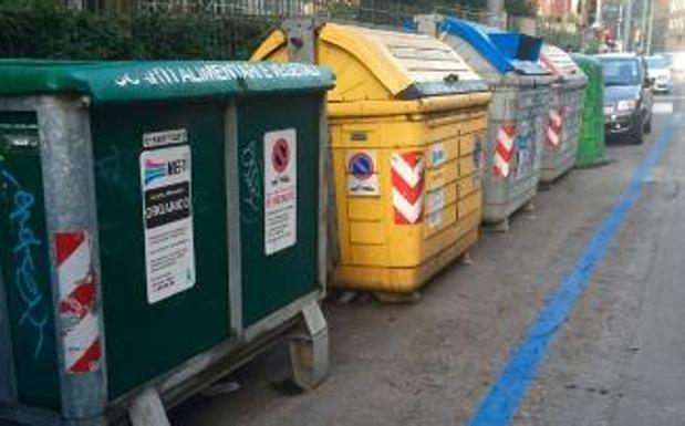 """La sosta a pagamento dei cassonetti - Le strisce blu colpiscono anche i cassonetti: in via Murri i contenitori sono stati infatti """"circondati"""" dalla segnaletica per la sosta a pagamento"""