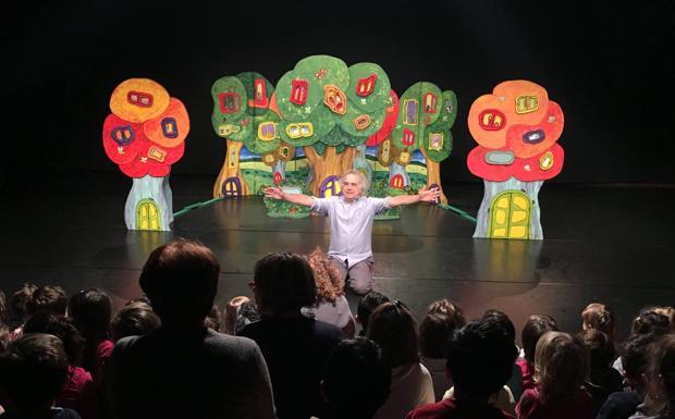 Teatro «small» -  Piccoli, piccolissimi, e poi le loro famiglie, gli insegnanti e gli educatori. Come in una festa, per la seconda volta, il Teatro Testoni Ragazzi è il luogo dell'incontro per Small Size Days, edizione 2016. Da oggi a domenica, i bambini da zero a 6 anni tornano protagonisti in una intensa tre giorni tra performance, laboratori e altre attività il cui tratto comune è l'accento sull'importanza dell'arte e la cultura. Perché se l'educazione all'arte e la cultura è importante, il buongiorno si vede dal mattino. Per cominciare, un debutto. Si tratta di 30!! Chi ha rubato la mia pizza?, nuova produzione firmata da La Baracca, la compagnia di casa nello spazio di via Matteotti 16, con al centro la tenera storia di Rocco, piccola volpe che sta per compiere 3 anni (in realtà grida al mondo che ne fa 30, e da qui il titolo) e per compleanno vuole una pizza che, mistero, a un certo punto scompare. Il numero 30 non è casuale, perché con questa stagione il progetto Il Nido e il Teatro – promosso da Baracca e Comune di Bologna — compie proprio 30 anni. «Un progetto – spiegano da via Matteotti – che non invecchia ma cresce e fa crescere. Non solo i bambini, ma anche tutti coloro che lo hanno voluto e sostenuto». Dopo la prima, stamattina, dedicata alle scuole, si replica per tutti domani alle 16.30 e domenica alle 10.30. Lo spettacolo è doverosamente dedicato ai bambini incontrati in questi anni. Da segnare in agenda anche La ballerina cosmica (domenica, 16.30 per bimbi da 3 a 6 anni), un divertente lavoro prodotto da La Baracca – Testoni Ragazzi in collaborazione con Bologna Festival, in cui musica, danza, immagini e narrazione si intrecciano nel raccontare la storia di Pepita, che in quanto desiderosa di diventare ballerina, appunto, cosmica, vuole danzare liberamente, anche appesa a una nuvola. Non solo spettacoli. Domani alle 10.30, ad esempio, si propone il laboratorio teatrale «Da-lì-a-là»(4-6 anni). Nato dal network Small Size, sulla diffusione delle arti 