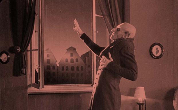 Nosferatu restaurato stasera al Lumière  - Il tedesco Friedrich Wilhelm Murnau fu il primo a portare sullo schermo il mito del vampiro con il suo Nosferatu. Ispirato al romanzo Dracula di Bram Stoker senza averne ottenuto i diritti, nonostante l'insufficiente precauzione di cambiare i nomi di alcuni personaggi, il film nel 1922 si trovò al centro di una causa intentata dalla vedova di Stoker. Il tribunale decretò la distruzione di tutte le copie del film, ma l'ordinanza non fu eseguita scrupolosamente e grazie a una copia messa in salvo dallo stesso Murnau il film è arrivato ai giorni nostri. In condizioni più che accettabili, come conferma la nuova distribuzione nelle sale del capolavoro di Murnau. Nella versione restaurata una decina d'anni fa dalla Murnau Stiftung, nell'ambito dwl progetto Il Cinema Ritrovato. Al Cinema. In particolare domani, oltre alle proiezioni al Lumière alle 18, 20.15 e 22.15, la biblioteca Renzi ospiterà dalle 19.45 alle 21. 30 un cine-aperitivo da paura a base di Bloody Mary con un premio che, visto il periodo carnevalesco, sarà consegnato a chi si presenterà con il miglior travestimento da vampiro. Quello che è considerato il più importante film vampiresco di tutti i tempi rinuncia alla manipolazione dello spazio, tipica dell'espressionismo, scegliendo invece la concretezza di scenari naturali e ricorrendo a un denso apparato di richiami metaforici e simbolici. A Nosferatu sono dedicati i momenti più agghiaccianti del film, le inquadrature che lo hanno consegnato alla storia dell'inconscio come l'occhio sbarrato tra le assi del sepolcro violato, la sagoma spettrale che si solleva rigida dalla bara e il profilo che si staglia terrificante. Ma i capolavori si susseguiranno senza soluzione di continuità nella distribuzione della Cineteca bolognese, perché fra una settimana tornerà in sala un altro immortale film, manifesto dell'espressionismo tedesco, come Il gabinetto del Dottor Caligari di Robert Wiene, del 1920, con una nuova partitura m