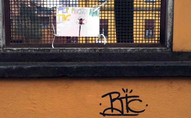 Bambini contro tag -  Le filastrocche non fermano le bombolette. Succede alle scuole elementari Federzoni, dove i cartelli appesi dai ragazzi contro l'imbrattamento dei muri, pochi giorni fa sono stati strappati e alcune scritte sono ricomparse sul muretto del cancello della scuola. I fantasiosi avvertimenti ideati dagli alunni: «Se lo spray userai una multa prenderay» e «non usare la bomboletta mangia una scatoletta», non hanno funzionato. Anzi qualcuno ha ripreso in mano il pennarello e ha lasciato il suo autografo. Le scritte «THCR» e «BTC», non hanno risparmiato neanche la statua del ragazzino che gioca ai videogiochi «8», realizzata da Giovanni Da Monreale. Sul cappuccio di vetroresina campeggia infatti una scritta fucsia. I cartelloni colorati e plastificati erano stati preparati a settembre dagli studenti dopo l'operazione di pulizia dei muri della scuola, all'interno di un progetto di cittadinanza attiva intrapreso con il Comune per educare ragazzi e abitanti al rispetto dei luoghi comuni. Il preside dell'istituto, Domenico Altamura, è amareggiato: «I tema è serio, ci vuole una confronto in quartiere». (Claudia Balbi)