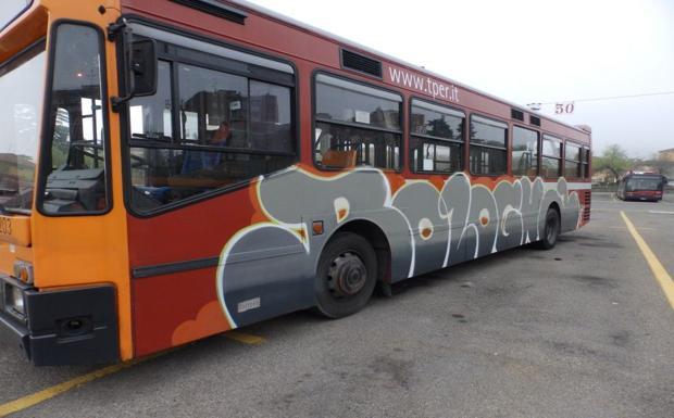 Il bus diventa un graffito - Grazie alla collaborazione tra Genus Bononiae e Tper, in occasione della mostra «Street Art - Banksy & Co. L'arte allo stato urbano» a Palazzo Pepoli,  l'azienda di trasporti pubblici ha messo a disposizione di tre famosi artisti di street art bolognese Cuoghi Corsello e Dado, uno dei propri bus circolanti per personalizzarlo con un progetto artistico. L'intervento realizzato sull'autobus è insieme una dedica e un omaggio alla città di Bologna: gli artisti Cuoghi Corsello hanno realizzato sul tetto dell'autobus un dipinto con vernice blu del simbolo del duo: la famosa Pea Brain, l'oca che girava sui muri negli anni '80 e '90. Mentre Dado è intervenuto nella parte laterale del mezzo realizzando la scritta «Bologna». L'autobus circolerà lungo le strade di Bologna fino alla fine dell'anno.