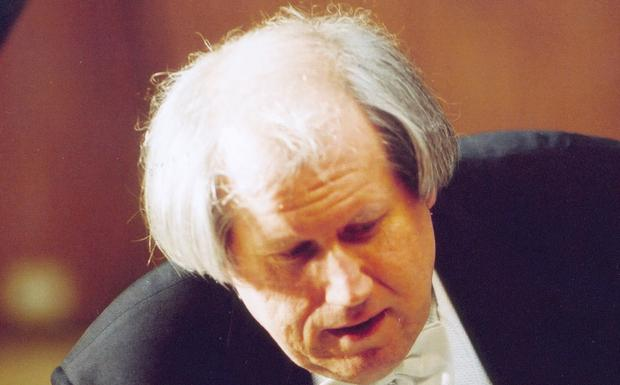 """Il pianista Sokolov al Manzoni -  Al Bologna Festival torna stasera — ore 20.30 — Grigory Sokolov e il recital del grande pianista russo al Teatro Manzoni si annuncia un distillato di romanticismo, in perfetto equilibrio fra le pagine di Robert Schumann — Arabeske e Fantasia in do maggiore – e quelle di Fryderyk Chopin – Notturni e Sonata in si bemolle maggiore. Originario di San Pietroburgo, vincitore del premio Cajkovskij nel 1968 eppure apparso tardi all'orizzonte del concertismo internazionale, Sokolov si è imposto come una personalità tanto eccezionale quanto schiva dai riti dello star-system. Niente interviste. Pochi dischi. Ci voleva un antropologo della musica come Bruno Monsaigeon per persuadere Sokolov a lasciarsi riprendere durante un'apparizione a Parigi, nel 2002, per un recital al Théâtre des Champs- Elysées e per convincerlo a ripetere l'esperienza alla Philharmonie di Berlino. I documentari girati sul palco a Parigi e a Berlino conservano la fragranza autentica e disarmante di tutti i film di Monsaigeon dove fare musica diventa un un tranche de vie. Sarà un indizio inequivocabile di eccentricità la richiesta di abbassare le luci in sala per concedere poco alle distrazioni del pubblico? Distillate e concesse con il contagocce, le parole espresse da Sokolov più che offrire un ritratto compiuto d'artista definiscono il contorno di una figura che non stonerebbe nella galleria di personaggi romanzeschi spuntati nei secoli passati grazie alla fantasia di Gogol', Dostoevskij o Belij, fra le strade della città dove il pianista è nato. Non c'è da meravigliarsi, pensando a Pietroburgo, """"prodigio architettonico issato su vacillanti paludi"""", come la definì un giorno Angelo Maria Ripellino, più di ogni altro acuto descrittore di bislacchi ed eccentrici slavi. Ad una simile galleria si potrebbe associare il pianista con la caparbia volontà di voler passare quasi inosservato perfino sul palcoscenico. Impagabile l'olimpica calma con cui Sokolov va a raggiungere il s"""