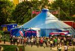 Il circo senza animali -  Dopo l'esperienza di pochi mesi fa con il «Circo d'Inverno » del Circo Paniko, il parco di Villa Angeletti torna a ospitare, entrata da via Carracci 65, un nuovo tendone di circo contemporaneo, il MagdaClan, che partirà in prima nazionale proprio oggi da Bologna. Sino a sabato 21 maggio tutte le sere alle 21, esclusi lunedì e martedì, sabato e domenica anche alle 17, con prenotazione al 338/9832476. La presenza di nuove forme di circo contemporaneo alla Bolognina potrebbe trovare ulteriore stabilità se andrà in porto il proposito ventilato dall'assessore comunale Matteo Lepore e dal presidente del Quartiere Navile, Daniele Ara. Legato a un'area della zona non ancora sviluppata, il cui proprietario, in attesa di poter edificare, sarebbe interessato a un accordo per dare ospitalità a esperienze circensi, che nel frattempo terrebbero curato e controllato lo spazio. In attesa di conferme del progetto, il circo torna a Villa Angeletti con Extra_vagante, che ospiterà compagnie di teatro e di arte di strada sotto il suo chapiteau blu e fucsia. Senza nessun animale ma con scale di equilibrio, manipolazioni d'oggetti, giocoleria e musica live. Extra_vagante è ambientato nel laboratorio in soffitta di una sartina, dove gli abiti si rianimano e creano per lei uno spettacolo di cabaret e circo. «Siamo grati a Bologna — osserva Alessandro Maida della compagnia — che si dimostra molto aperta verso il circo contemporaneo, che riscuote sempre più attenzione e curiosità dal pubblico. Siamo lieti di presentare in anteprima nazionale il nostro spettacolo nella sua forma rinnovata con musicisti dal vivo. Il lavoro della compagnia, fondata in Belgio da artisti italiani, è basato su danza, teatro e qualità della performance, su un registro molto poetico». N e l p r o g r amma , s u www.magdaclan.com, 7 compagnie ospiti con anche il Circo Paniko, che tornerà dal 9 al 15 maggio con un cabaret tutto nuovo, ma saranno organizzati anche corsi per professionisti del m