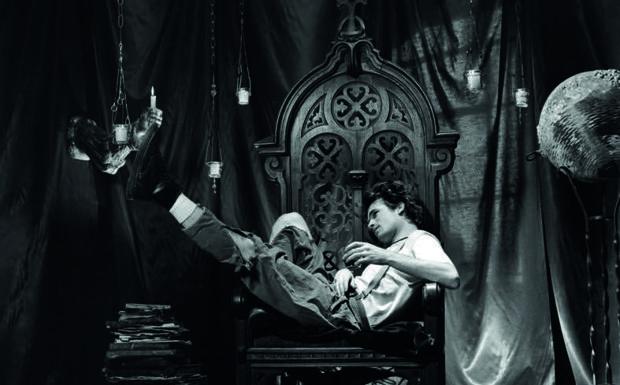«Jeff Buckley. So real»  -  Il prossimo 17 novembre avrebbe compiuto 50 anni, se le onde del Wolf Rider, a Memphis, non lo avessero travolto nel 1997 inghiottendo Jeff Buckley nello stesso modo in cui era vissuto: in un soffio. Ora, la galleria Ono Arte, in collaborazione con la Wall of Sound Gallery, lo celebra con la mostra «Jeff Buckley. So Real», 22 scatti della fotografa Merri Cyr che ripercorrono la breve vita del figlio di Tim Buckley, altro artista dalla tragica e prematura fine, e della violoncellista Mary Guibert. Da domani (inaugurazione alle 18.30) fino all'11 giugno, l'autore di Grace, che cantava come un angelo dolente Hallelujah di Cohen, viene ritratto tra palco e quotidianità restituendoci il suo aspetto più umano, con quel viso bello e pallido dallo sguardo sfuggente e l'aria malinconica. Quando Merri Cyr, su commissione della rivista Paper, nel 1992 va a fotografarlo, Jeff si era trasferito da non molto a New York da Los Angeles e cominciava a diventare famoso nei locali dell'East Village e al Sin-é, in cui l'artista californiano aveva registrato il live omonimo. Suonava cose sue e cover di altri, principalmente Led Zeppelin, Bob Dylan, Édith Piaf, Elton John, The Smiths, Bad Brains, Leonard Cohen, Siouxsie Sioux. Candidamente, la Cyr ammise che le era sconosciuto. Ma capì subito tutto. Tanto da ammettere: «Emanava un fascino e un'empatia così immediati che ritrarlo era fantastico. Fin da subito ho percepito in lui una propensione al gioco e alla sperimentazione che rendeva il servizio fotografico una specie di avventura». L'empatia è immediatamente reciproca e già nel primo servizio, avvenuto nell'appartamento di Jeff nel Lower East Side, Buckley la sceglie come fotografa ufficiale dei suoi dischi e delle sue tournée. Da quel momento Merri immortala ogni attimo della vita di Jeff. Lui, da parte sua, è più che determinato a documentare le sue giornate sempre in movimento. La sua totale devozione alla musica era ciò che lo riguardava di più, insiem