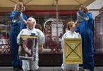 Animalisti contro il foie gras - Un flash-mob contro il foie gras, e in particolare contro gli allevamenti intensivi di oche e anatre, è stato inscenato davanti al punto vendita Eataly in via degli Orefici, nel centro di Bologna. A mettere in atto la protesta sono stati gli attivisti di «Essere Animali»: indossando imbuti, hanno voluto simboleggiare il trattamento cui sono sottoposte le anatre e le oche allevate per la produzione del «fegato grasso», ottenuto - scrivono in una nota - sottoponendo gli animali ad alimentazione forzata, tramite un lungo tubo metallico inserito direttamente nello stomaco. Con il blitz davanti al punto vendita Eataly di Bologna, l'associazione animalista chiede alla nota catena di cessare le vendite di foie gras e di aderire alla campagna #ViaDagliScaffali, alla quale hanno già aderito alcuni gruppi della grande distribuzione.