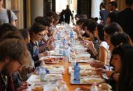 Cua con tavoli e vassoi in rettorato�Ubertini, mangi con noi�| foto