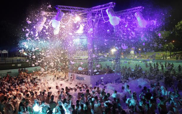 Aquafan anche di notte -  Aquafan anche di notte. Da domenica 17 luglio fino al 14 agosto il parco acquatico di Riccione diventa «Night&Day No Stop»: aperto dalle 10 alle 24, la notte del 14 agosto fino alle 3. Cosa c'è da fare? Animazione, Music Show, scivoli e Piscina Onde aperti, schiuma party sia di pomeriggio che di sera e  Gabry Ponte in consolle. Il 17 luglio, per la prima domenica «Night&Day», il dj e producer registrerà proprio in Aquafan il videoclip del suo nuovo singolo, in collaborazione con il rapper e cantautore Danti.