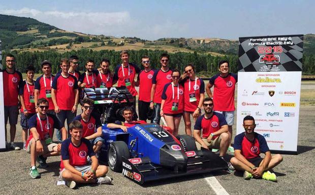 """Unibo è anche Motorsport - La tappa italiana della competizione 2016 si è conclusa con un importante traguardo per UniBo Motorsport: la vittoria del Premio """"Engine Calibration and Control Award"""" per l'innovazione tecnologica sulla calibrazione e sul sistema di controllo motore. Risultato positivo, raggiunto lo scorso fine settimana, nell'Autodromo di Varano, in provincia di Parma, che ha visto la presenza di 76 team, tra Electric e Combustion, provenienti da 3 diversi continenti. I prossimi appuntamenti si svolgeranno dal 2 al 6 agosto a Most, nella Repubblica Ceca, e dal 18 al 21 agosto a Gyor, in Ungheria. UniBo Motorsport è il team di Formula SAE ufficiale dell'Università di Bologna. Nato nel 2008 ed entrato in gara nella stagione 2010, ha conseguito importanti risultati in diverse competizioni europee."""