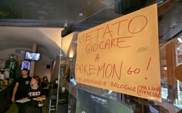 Alt al Pokemon Go - «Vietato giocare a Pokemon go!» è il cartello che si legge all'entrata del winebar Lemercanzie che si affaccia su piazza della Mercanzia. Evidentemente l'app che tanto appassiona ha conseguenze non gradite agli avventori del bar