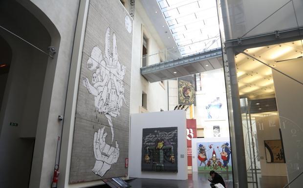 Graffiti, Merola vede Roversi Monaco -  Graffiti e street art sembrano tornare nell'agenda dell'amministrazione. «Sono andato a salutare il sindaco: non ci eravamo ancora visti da quando è stato rieletto». È l'unica ammissione di Fabio Roversi Monaco all'uscita dall'incontro con Virginio Merola. «Non abbiamo parlato di niente in particolare», conclude secco. Il «vertice» informale è avvenuto ieri a Palazzo d'Accursio ma, malgrado le dichiarazioni ufficiali, uno degli argomenti della «chiacchierata » sarebbe stat relativo a graffiti e futuro della street art in una città che ha saputo uscire da vecchie diatribe sui segni sui muri. Riportando in luce le più nobili categorie dell'arte. Grazie anche all'iniziativa di Genus Bononiae. Roversi Monaco avrebbe, insomma, rinnovato l'invito al Comune di occuparsi delle opere di Blu tuttora custodite in magazzino. Il presidente di Genus Bononiae è entrato nell'ufficio del sindaco insieme a Camillo Tarozzi e Luca Ciancabilla ovvero il restauratore e il curatore che hanno portato a Palazzo Pepoli i graffiti «strappati» per la mostra «Street Art. Banksy & co.» che si è conclusa alla fine di giugno. Un'operazione di successo per quanto discussa. E che ha lasciato nei magazzini le creazioni di Blu prelevate da vecchie pareti destinate alla demolizione (a parte il grande murales dell'ex Casaralta rimasto a Palazzo Pepoli). All'inaugurazione della mostra fu lo stesso Roversi Monaco a lanciare l'idea di regalare i murales al Comune. «Il bene è nostro — puntualizzò in quell'occasione Roversi Monaco — l'abbiamo prelevato dai muri privati con il permesso dei proprietari. Fatto salvo i diritti d'autore. Non è commercializzabile. Le opere staranno al sicuro in un capannone messo a disposizione dell'associazione Italian Graffiti. Ma è una cosa che comporta delle spese e potrà andare avanti finché ci saranno persone che investono denaro proprio. Poi la raccolta — ecco la proposta — potrebbe essere donata al Comune. Se lo ritiene». La reazione