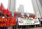 Alstom, protesta per i trasferimenti -  Un tavolo al Ministero dello Sviluppo per la vertenza Alstom. È la promessa che i sindacati hanno strappato all'assessora alle Attività Produttive Palma Costi dopo l'incontro in Regione. Ieri i dipendenti dell'azienda di via Corticella (che solo a Bologna impiega 670 persone) hanno scioperato contro il trasferimento di 33 dipendenti, 11 a Sesto San Giovanni dal 3 ottobre e 22 in giro per l'Italia.