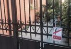 Avvisi «creativi» - Non ne possono più, i residenti della zona universitaria, di persone che usano muri e cancelli come bagni. E qualcuno ha affisso cartelli «creativi». Foto scattata in via Mura Anteo Zamboni