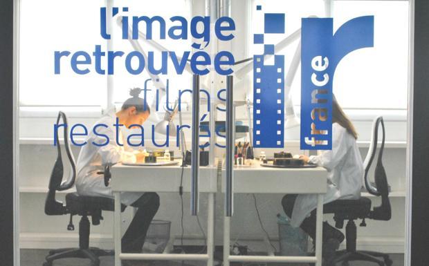 La Cineteca a Parigi  -  A pochi passi dal Moulin Rouge e ai piedi di Montmartre, inaugura oggi la nuova sede parigina dell'Immagine Ritrovata, il laboratorio di restauro della Cineteca. Dopo anni di lavoro sui capolavori del cinema francese, nell'ampio Boulevard de Clichy farà capolino la vetrina «L'Image Retrouvée», che porta nel Paese dove il cinema è nato la sua altissima specializzazione nell'ambito del restauro cinematografico e il suo antico amore per la pellicola. Pur avendo le antenne ben dritte sul futuro, rappresentato dalla frontiera digitale e dall'utilizzo della tecnologia 4K, ai vertici per la qualità del restauro. «La Francia è il nostro mercato principale — aveva detto al Corriere Gian Luca Farinelli, direttore della Fondazione Cineteca, preannunciando la nuova avventura — perché è un Paese che ha a cuore il restauro ed è risultato naturale pensare di aprire a Parigi». «L'inaugurazione del laboratorio a Parigi — aggiunge l'assessore alla Cultura del Comune Bruna Gambarelli — è un'ulteriore conferma del percorso virtuoso compiuto dalla città nel sostegno della Cineteca». Dopo la creazione nel 2015 del laboratorio L'Immagine Ritrovata Asia, con sede a Hong Kong, lo sbarco in Francia è una prosecuzione del legame che unisce le attività del laboratorio di via Riva di Reno alla Francia. Con il restauro dei film delle origini della storia del cinema, a partire da quelli dei fratelli Lumière, passando per i capolavori di Renoir, Carné e degli autori della Nouvelle Vague. Una scelta che ribadisce la vocazione internazionale della realtà bolognese, che lavora ormai per il 75% del proprio fatturato con l'estero. (P. D. D.)