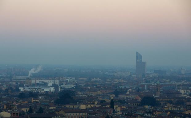 Dal 2 via al piano anti smog - Via ai limiti alla circolazione per i mezzi più inquinanti dal 2 ottobre. Fino al 31 marzo 2017, dalle 8.30 alle 18.30, dal lunedì al venerdì e nelle domeniche ecologiche (prima domenica del mese, tranne quella di gennaio) non possono circolare i motori benzina Euro 0 ed Euro 1; i diesel Euro 0, Euro 1, Euro 2 ed Euro 3, compresi i veicoli commerciali categoria M2, M3, N1, N2, N3 lo scorso anno esclusi; i ciclomotori e motocicli Euro 0. Dove? Da quest'anno il Piano Aria interessa, oltre a Bologna, 10 Comuni dell'agglomerato (Casalecchio di Reno, Zola Predosa, Calderara di Reno, Castel Maggiore, Argelato, Granarolo dell'Emilia, Castenaso, San Lazzaro di Savena, Ozzano dell'Emilia e Pianoro) e il Comune di Imola.