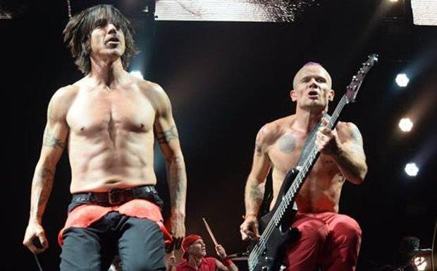 CALIFORNIA ROCK - Sabato la prima tappa italiana del tour dei Red Hot Chili Peppers, la band di Kiedis, Flea e compagni. Protagonista l'ultimo album «The Gateway«, undicesimo della loro carriera. Tutti i biglietti venduti in otto minuti alla prevendita. Sono attesi all'Unipol Arena di Casalecchio di Reno 14 mila fan.