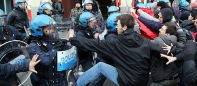 Occupazioni, sgombero in via De Maria Scontri con polizia, traffico bloccato