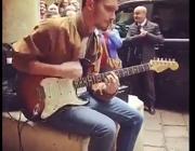 Guglielmo, 22 anni, star per un giorno È lui il chitarrista nel video dei Rhcp