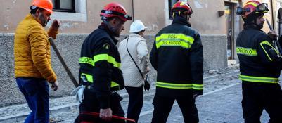 Sisma, vigili del fuoco in azioneA Bologna i manoscritti di Leopardi