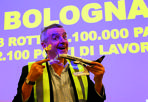 Ryanair rinnova l'intesa: al Marconi fino al 2022 -  Ryanair continuerà a far tappa nell'aeroporto di Bologna almeno fino al 2022. La compagnia aerea low cost irlandese e il Marconi hanno prolungato di altri quattro anni la partnership che doveva scadere nel 2018. I primi aerei Ryanair sono partiti dall'aeroporto nel 2008: all'epoca i voli erano solo sei, ma poi sono rapidamente aumentati. Nel primo semestre di quest'anno, con la compagnia irlandese ha volato il 47% dei passeggeri dell'aeroporto: significa 1,68 milioni sui 3,58 totali registrati tra gennaio e giugno. Questo inverno, Ryanair conta 29 destinazioni con partenza da Bologna. L'estate prossima gli aeroporti d'arrivo saranno 43 e, tra questi, ci saranno anche le novità di Lisbona ed Eindhoven. La maggior parte degli aerei irlandesi, però, si dirige verso la Spagna (che conta dodici destinazioni), resta in Italia (otto), vola in Grecia (cinque) o fa rotta verso la Gran Bretagna (quattro).