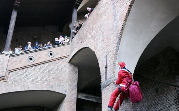 Babbi Natale a Palazzo Re Enzo - Alcuni Babbi Natale sono saliti sulle storiche mura di Palazzo Re Enzo in occasione dell'inaugurazione della rassegna «Regali a Palazzo», organizzato dal Cna