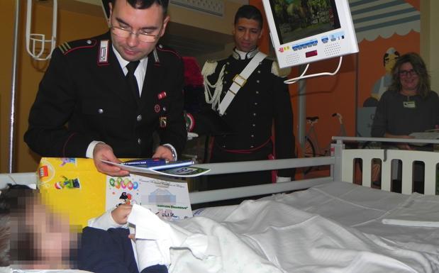 «Capitani coraggiosi» in pediatria  - Una delegazione di Carabinieri, in alta uniforme, ha fatto visita giovedì ai piccoli pazienti della Pediatria dell'Isnb. Durante l'incontro, promosso da Isnb-Ausl, associazione Bimbo tu e Unisalute, i militari hanno anche consegnato ai bambini diplomi da «Capitano coraggioso»