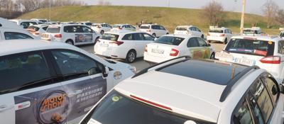 Taxi, stop anche a BolognaAuto concentrate al Parco nord | foto