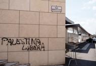 Corteo antifascista, sul monumento alla Shoah: «Palestina libera» | foto