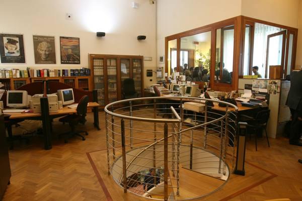 Scuola dagli e book ai nuovi arredi le biblioteche pi for Arredi biblioteche